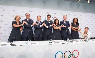 Emmanuel Macron aux côtés de Tony Estanguet, Anne Hidalgo et les soutiens officiels de Paris-2024, le 11 juillet 2017, à Lausanne.