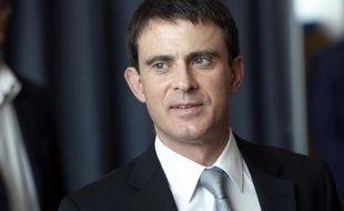 Manuel Valls à la sortie de l'isoloir dans un bureau de vote le 25 mai 2014 à Evry