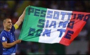 """Le diagnostic sur l'état de santé de l'ancien joueur de la Juventus Turin Gianluca Pessotto """"reste réservé"""", mais """"l'absence de nouvelles complications permet un optimisme prudent"""", a indiqué samedi le chef du service de l'hôpital où a été admis l'ancien international italien après sa tentative de suicide."""