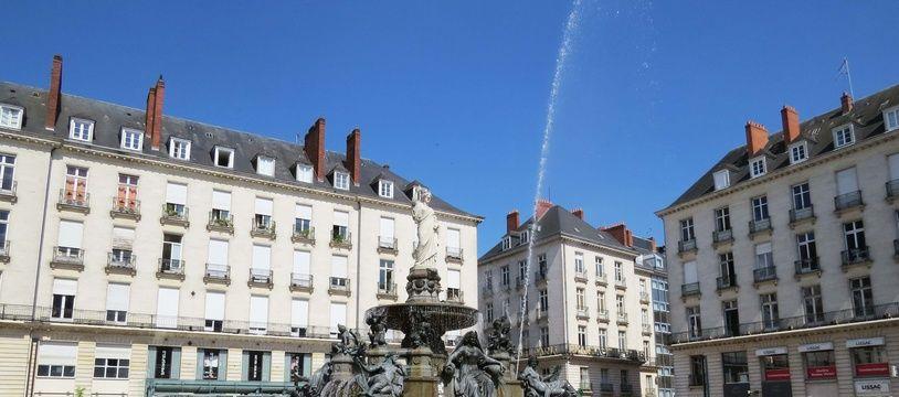 La fontaine de la place Royale animée par l'artiste Michel Blazy.