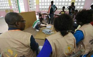 Des observateurs de l'Union africaine contrôlent le dépouillement des bulletins de vote dans un quartier d'Abidjan, le 25 octobre 2015