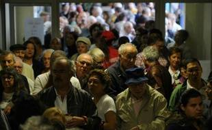 Des Portugais attendent pour voter aux élections législatives, le 4 octobre 2015 à Massama, une banlieue populaire de Lisbonne