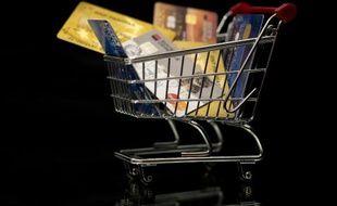 Des cartes de crédit dans un caddy miniature