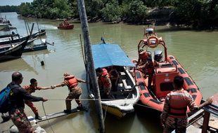 Le 18 juin 2014, les secours recherchent des survivants dans le naudrage d'un bateau transportant des clandestins en Malaisie.