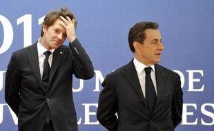 """La France a été le pays le plus sévèrement menacé lundi par l'agence de notation Standard & Poor's, qui envisage d'abaisser de deux crans la note attribuée à sa dette, actuellement """"AAA"""", sur fond de croissance décevante."""