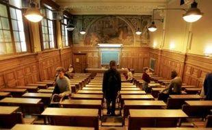 """Satisfaits du budget 2008 de l'Enseignement supérieur, les présidents d'universités ont néanmoins jugé """"insuffisants"""" mercredi les moyens alloués à la lutte contre l'échec des étudiants et regretté l'absence de créations de postes, alors qu'ils doivent recruter des cadres pour accéder à une pleine autonomie."""