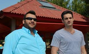 Laurent Ournac et Gil Alma dans Camping Paradis.