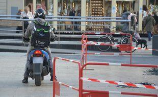 Un livreur à scooter sur la place de la Comédie, à Montpellier
