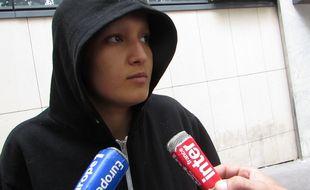Amina Sboui à la sortie du commissariat central du 18e à Paris où elle a déposé plainte pour une agression