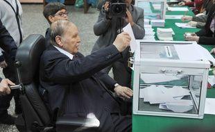 Le président algérien Abdelaziz Bouteflika vote lors d'élections locales le 23 novembre 2017, dans un bureau de vote à Alger.