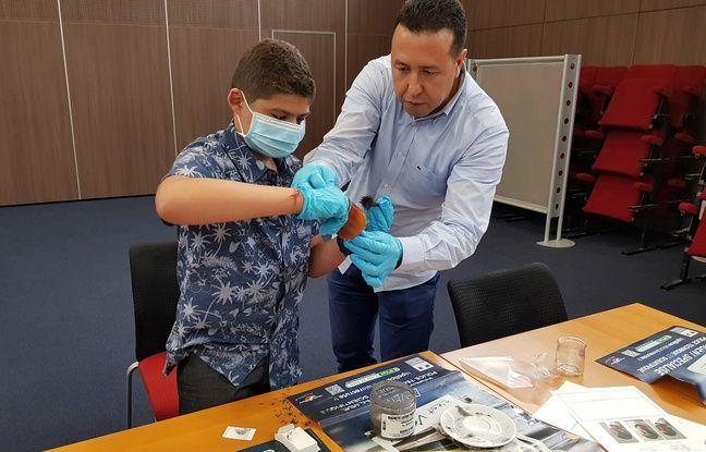 Erwan en plein exercice de relevé d'empreintes avec la police scientifique.