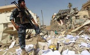 Un attentat suicide à la voiture piégée a détruit lundi le siège d'une fondation religieuse chiite à Bagdad, faisant au moins 25 morts selon un nouveau bilan, et ravivant la crainte de nouvelles tensions confessionnelles dans un pays plongé dans une grave crise politique.