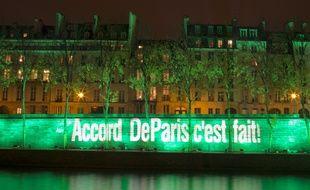 Le pont Marie, sur la Seine, illuminé en vert après la signature de l'accord de Paris, le 4 novembre 2016.
