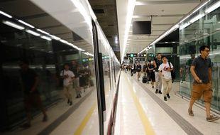 Des passagers dans le nouveau terminal de la gare de West Kowloon à Hong Kong, le 23 septembre 2018.