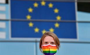 Une militante des droits LGBT devant le Parlement européen.
