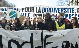 Emmanuelle Béart, personnalité engagée qui manifeste contre le réchauffement climatique à Paris le 16 mars 2019.