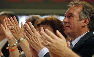 François Bayrou applaudit juste avant de monter sur scène pour clôturer les universités d'été de son parti, le Mo Dem, le 18 septembre 2011 à Gien.