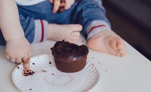 Un enfant mange un gâteau (Illustration)