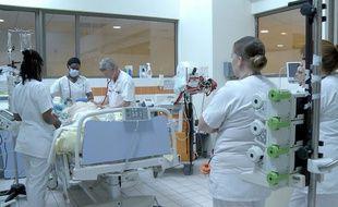 Au service des urgences de l'hôpital d'Avicenne à Bobigny, le personnel doit aussi absorber l'afflux de patients qui n'ont pas accès à la médecine de proximité.