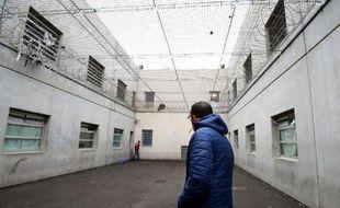 Dans la cour du centre de rétention administrative de Marseille.