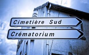 Panneaux routiers indiquant un cimetière et un crématorium.