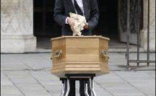 La cérémonie des obsèques solennelles du cardinal Jean-Marie Lutiger a débuté vendredi à 10H00 à Notre-Dame de Paris avec l'installation du cercueil du défunt sur le parvis où se pressaient plusieurs centaines de personnes.