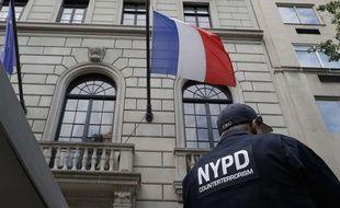 Un policier devant le consulat de France à New York, le 15 juillet 2016.