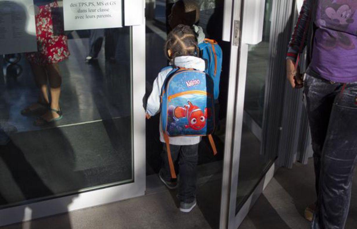 Un enfant à la porte de son école primaire, à Saint-Ouen (Seine-Saint-Denis), le 3 septembre 2013 – A. Gelebart / 20 Minutes