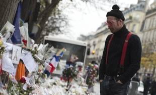 Jesse Hughes, membre des Eagles of Death Metal, se recueille devant le Bataclan, à Paris, le 8 décembre 2015.