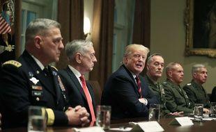 Donald Trump et le secrétaire à la Défense Jim Mattis lors d'une réunion avec les généraux des Joint chiefs of staff à la Maison Blanche, le 23 octobre 2018.