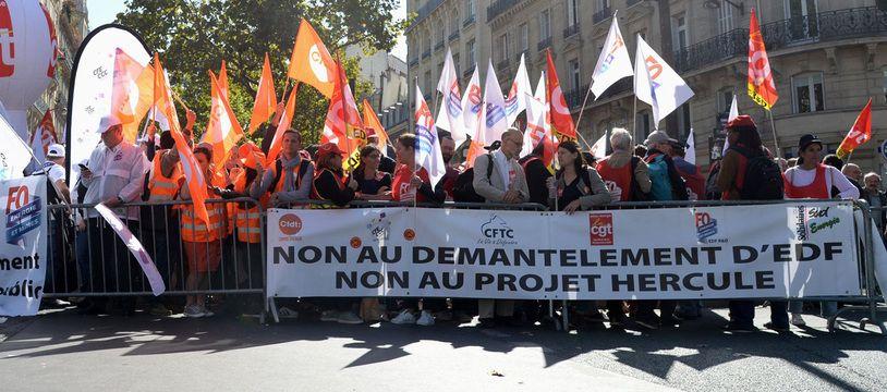 Des salariés d'EDF manifestent concernant les négociations entre la France et la Commission européenne sur l'avenir d'EDF. .