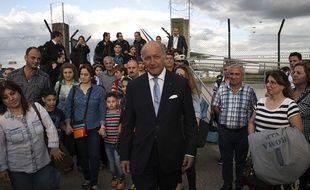 Laurent Fabius accueille les réfugiés chrétiens provenant d'Irak à Roissy, le 21 août 2014.