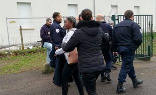 Des policiers en train d'arrêter des lycéens à Mantes-la-Jolie.
