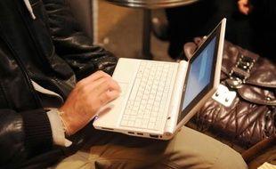 Le vote par Internet permet de voter depuis n'importe quel endroit, sur ordinateur.