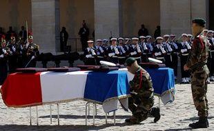 Les deux cercueils dans la cour des Invalides, le 14 mai 2019.