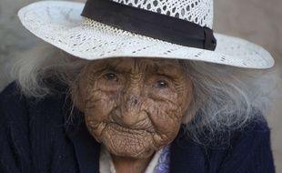 La carte d'identité de Julia Flores Colque indique qu'elle est née le 26 octobre 1900 dans un camp minier des montagnes boliviennes.