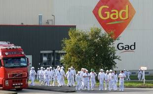 (FILES) -- A file picture taken on October 22, 2013 shows employees of the Gad slaughterhouse in Josselin, in the Morbihan department of Britanny, western France, walking in front of their factory, as employees of the Lampaul-Guimiliau based Gad slaughterhouse, in the Finistere department of Britanny, block the entrance to the Josselin site. Management of the Josselin site of the Gad slaughterhouse, which employs around 1000 people, announced the intention to begin compulsory liquidation procedures, the French CFDT workers' union announced on August 9, 2014.   AFP PHOTO/FRED TANNEAU