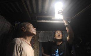 Fichée dans le toit, une bouteille en plastique remplie d'eau se transforme en ampoule économe et écolo et inonde de lumière naturelle les cahutes des bidonvilles de Manille, Delhi ou Rio.