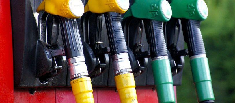 (Illustration) Des pompes à essence dans une station-service.