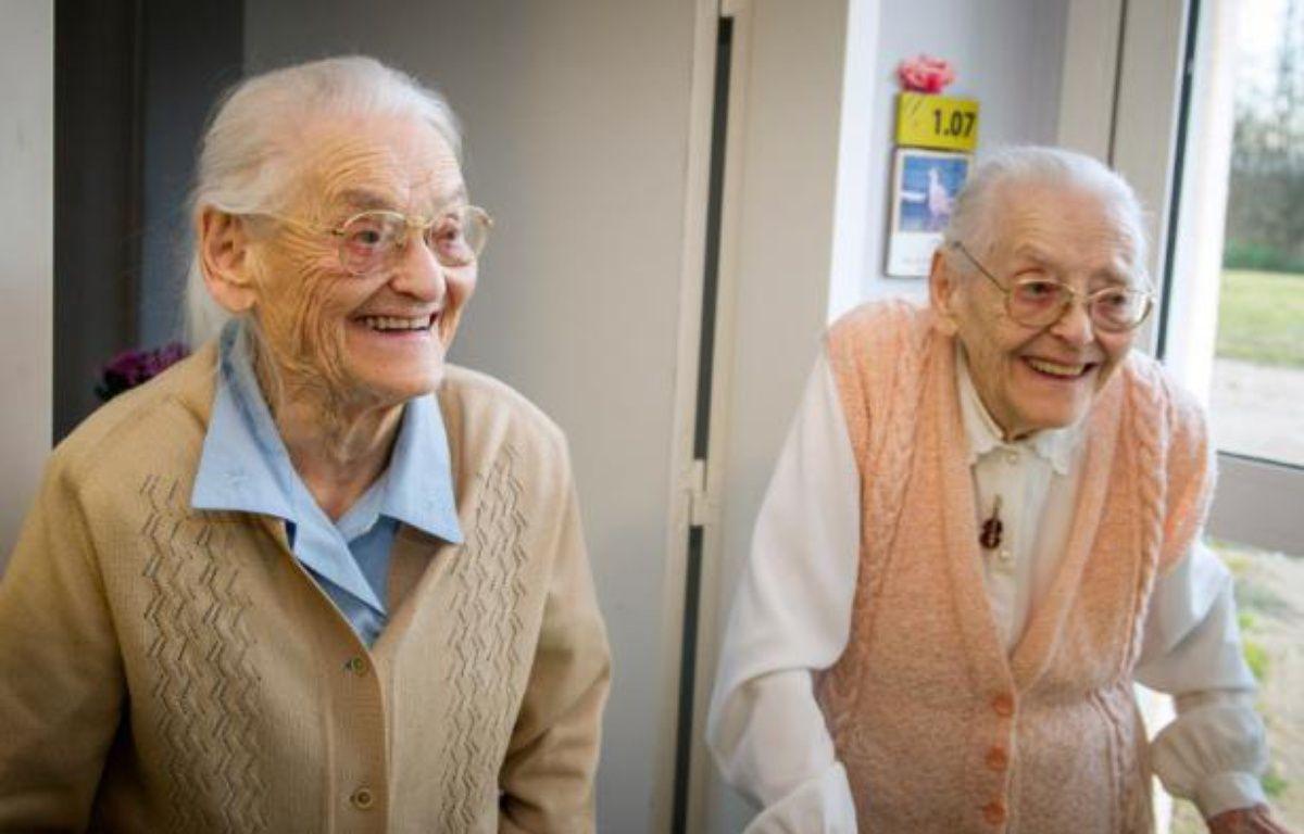 Simone Thiot (g) et Paulette Olivier (d) dans leur maison de retraite Les Bois Blancs à Onzain (Loir-et-Cher), le 11 février 2016 – GUILLAUME SOUVANT AFP