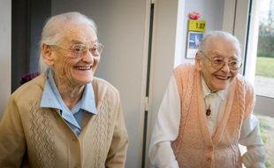 Simone Thiot (g) et Paulette Olivier (d) dans leur maison de retraite Les Bois Blancs à Onzain (Loir-et-Cher), le 11 février 2016