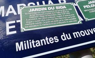 Des slogans homophobes ont été collés sur les plaques commémoratives du jardin.