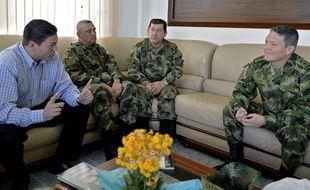 Le ministre colombien de la Défense avec des hauts gradés (à gauche) et le général Ruben Alzate (à droite) qui vient d'être relâché par les Farc, à Medellin, le 30 novembre 2014.