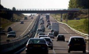 Un adolescent de 13 ans, qui circulait à bord d'une voiture sur la RN165 reliant Nantes à Vannes, a été tué dans la nuit de samedi à dimanche par une plaque de bitume lancée depuis un pont enjambant la quatre-voies, a-t-on appris lundi auprès des gendarmes.