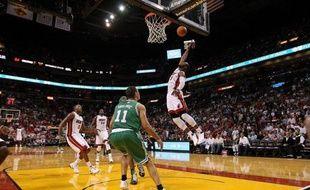Miami, grâce à un panier de Dwyane Wade à moins de trois secondes de la fin de la partie, a remporté sa troisième victoire en autant de matchs mercredi à Charlotte (96-95), en NBA