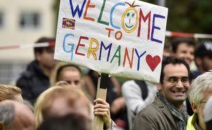 """Des Allemands accueillent des réfugiés avec des pancartes """"Bienvenue en Allemagne"""", à Dortmund, le 6 septembre 2015."""