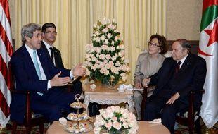 Le secrétaire d'Etat américain John Kerry (G) rend visite au président algérien Abdelaziz Bouteflika (D) à Alger, le 3 avril 2014.