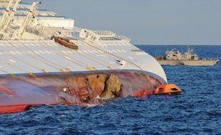 L'avocat toulonnais de rescapés du naufrage du navire Costa Concordia a annoncé mardi le dépôt d'une plainte contre le groupe italien Costa Croisières, propriétaire du paquebot échoué, notamment pour non-assistance à personne en danger et mise en danger de la vie d'autrui.