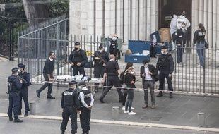 Les forces de police devant la basilique de Nice où s'est produit l'attentat.