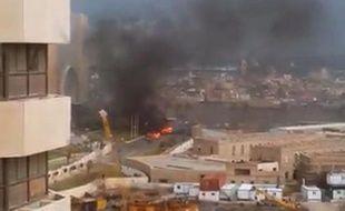 Capture d'écran d'une vidéo AFPTV montrant de la fumée s'élevant de l'hôtel Corinthia, dans le centre de Tripoli, après une attaque par des islamistes, le 27 janvier 2015